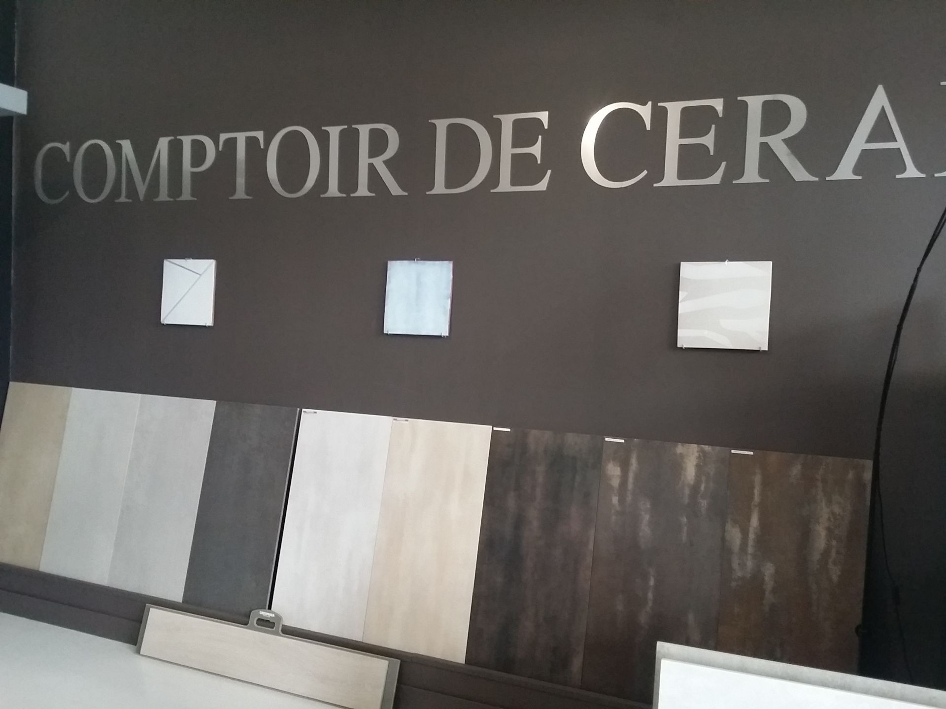 SHOWROOM MAGASIN DE CARRELAGE LE COMPTOIR DE CERAM A JACOU DANS LE 34